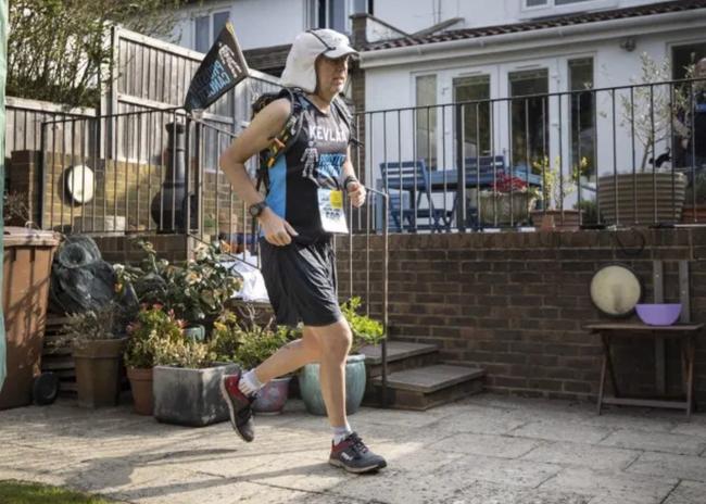 居家完成撒哈拉超马 男子在自家后院跑了230公里